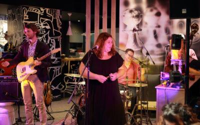 La chanteuse d'Audrey et les Faces B nous présente son nouveau groupe