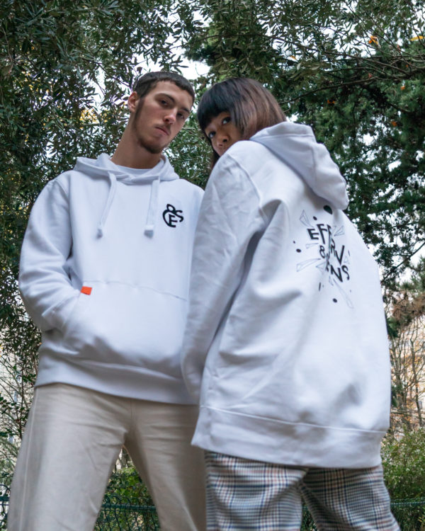 Couple portant les sweat blanc E&S de la 3e édition du festival Efferv&Sens